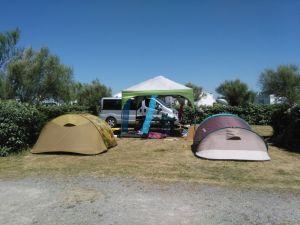 3676902-emplacement-tente-spacieux-et-herbeux.jpg